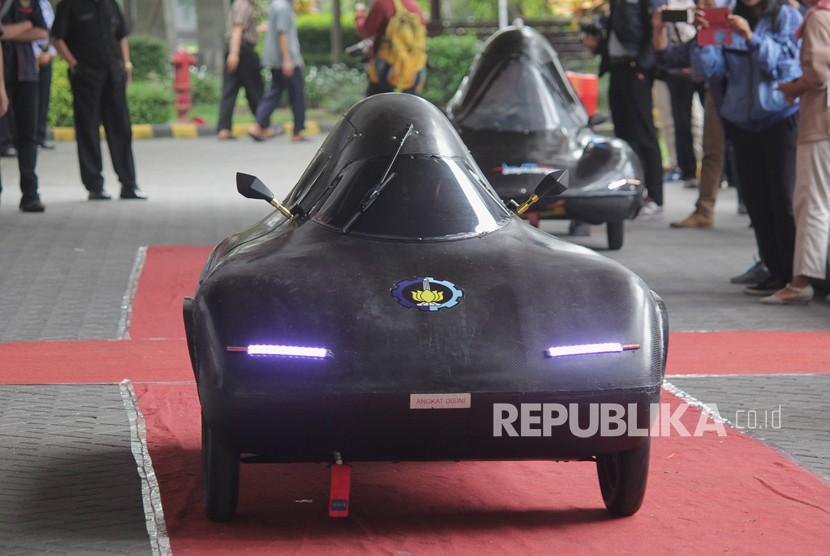 Tim Nogogeni menguji mobil listrik Nogogeni V di sela-sela peluncuran Tim Sapuangin dan Nogogeni, di Kampus Institut Teknologi Sepuluh Nopember (ITS), Surabaya, Jawa Timur, Senin (12/2).