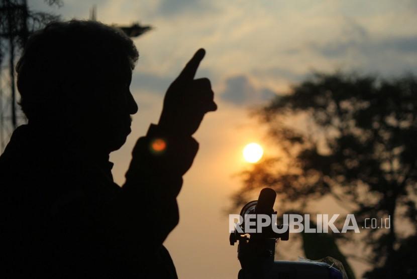 Tim Observatorium Bosscha Institut Teknologi Bandung (ITB) bersama pihak-pihak terkait melakukan pengamatan hilal menjelang Syawal 1439 H, di komplek Observatorium Bosscha, Lembang, Kabupaten Bandung Barat, Kamis (14/6).