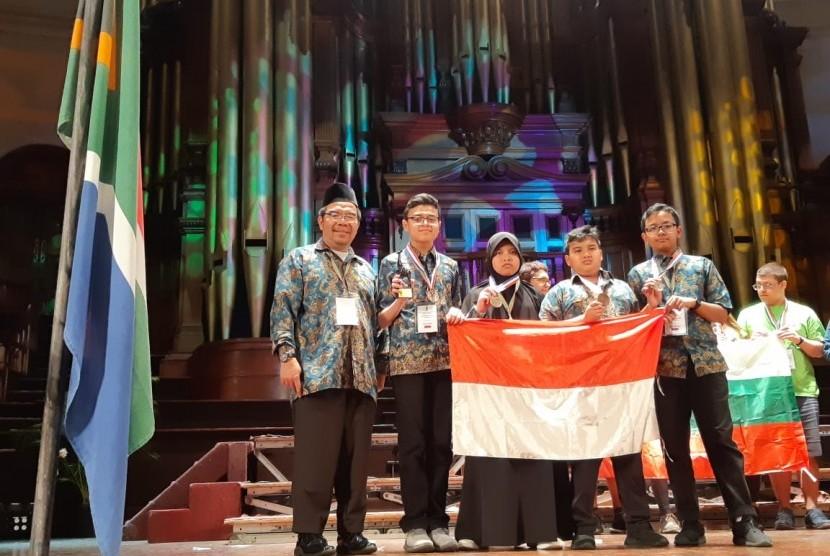 Tim Olimpiade Matematika Indonesia Klinik Pendidikan MIPA (KPM) kembali menorehkan prestasi membanggakan pada ajang South Africa International Mathematics Competition (SAIMC).