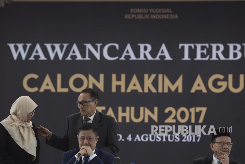 Tim panel Ahli Hukum Pidana Andi Hamzah (kedua kiri) berbincang dengan Anggota Komisi Yudisial (KY) Sukma Violetta (kiri) sementara Ketua KY Aidul Fitriciada Azhari (kedua kanan) dan Anggota KY Maradaman Harahap (kanan) mendengarkan jawaban calon hakim agung dalam wawancara terbuka calon hakim agung di Komisi Yudisial, Jakarta, Jumat (4/8). (ilustrasi)