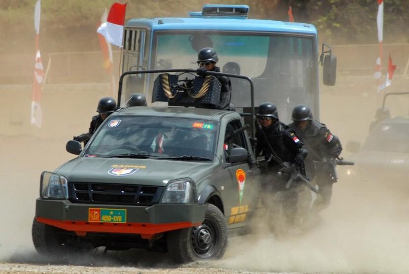 Tim Penanggulangan Teror dari Yonif 751/BS menangani gangguan terorisme ketika melakukan simulasi pada perayaan HUT Ke-67 TNI di Lapangan Bumi Perkemahan, Waena, Jayapura, Papua, Jumat (5/10)