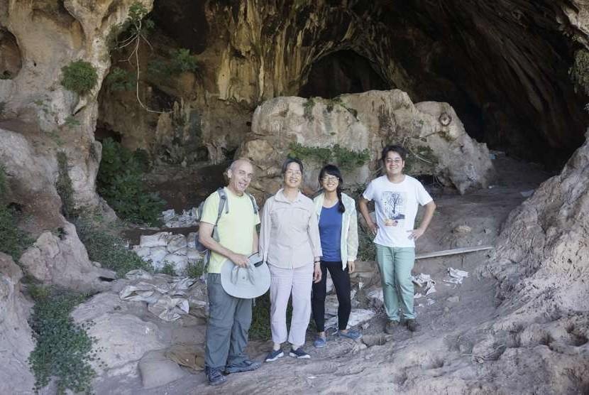 Tim peneliti berfoto di depan gua tempat ditemukannya dugaan bir tertua di dunia.