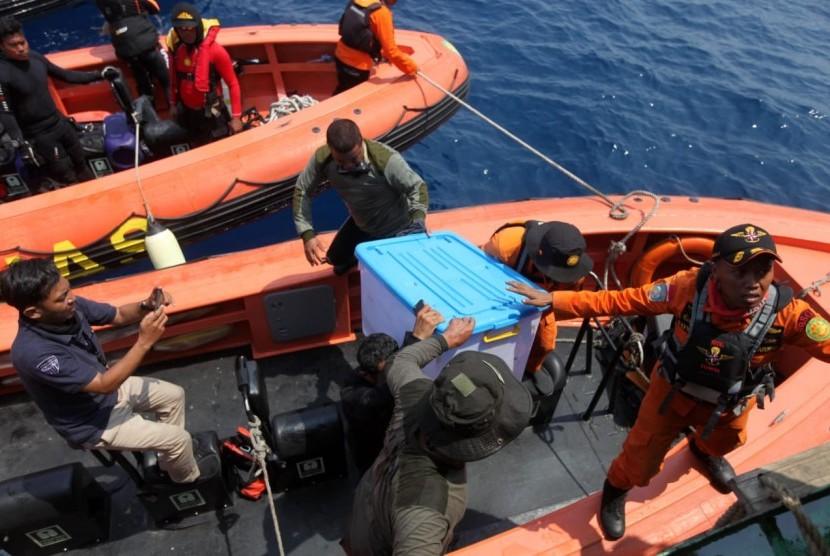 Tim Penyelam Batalion Intai Amfibi TNI AL bersama tim Basarnas memindahkan temuan kotak hitam (black box) pesawat Lion Air JT 610 di KR Baruna Jaya, Perairan Karawang, Jawa Barat, Kamis (1/11). Republika/Mahmud Muhyidin