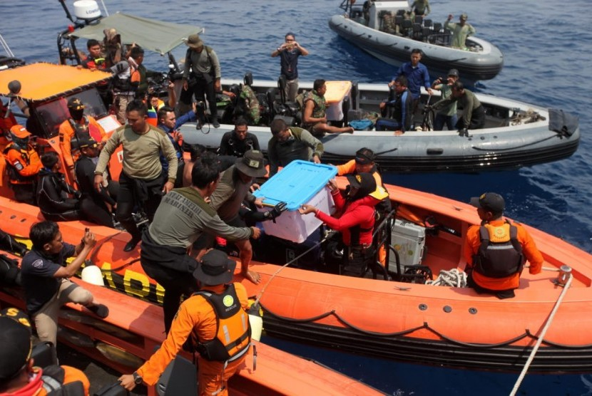The Navy and National Search and Rescue Agency personnel carry the black box of Lion Air flight  JT 610 in Karawang waters, West Java, Thursday (Nov 1).