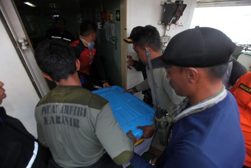 Tim Penyelam Batalyon Intai Amfibi TNI AL bersama tim Basarnas memindahkan temuan kotak hitam (black box) Pesawat Lion Air JT-610 di KR Baruna Jaya, Perairan Karawang, Jawa Barat, Kamis ( 1/11). Republika/Mahmud Muhyidin