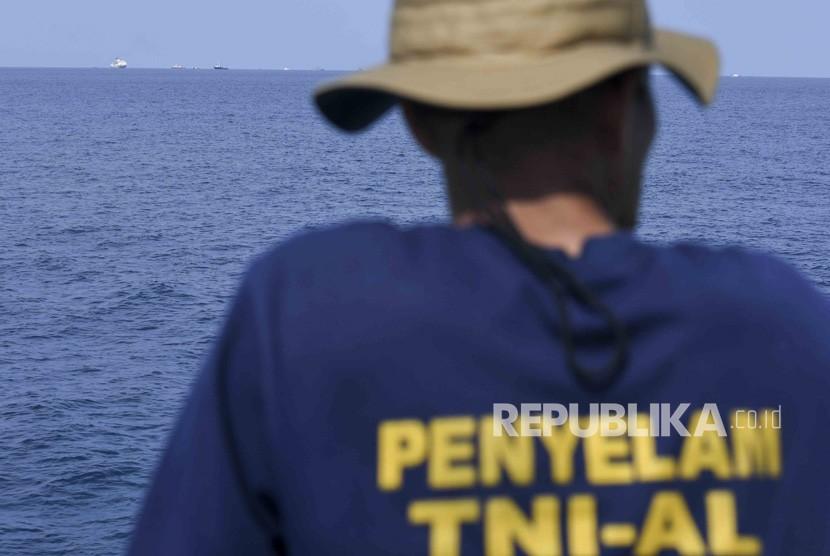 Tim penyelam TNI AL melakukan pencarian pesawat Lion Air JT610 menggunakan KRI Sanca di perairan Karawang, Jawa Barat, Senin (29/10/2018).