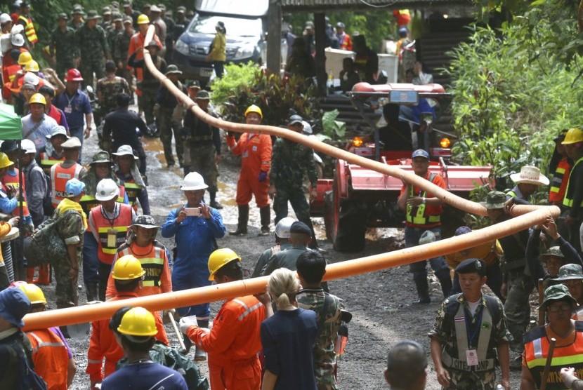Tim penyelamat bekerja memompa air keluar dari gua yang banjir di Mae Sai, Chiang Rai, Thailand, Rabu (4/7). Tim sepak bola remaja Thailand masih berada di dalam gua.