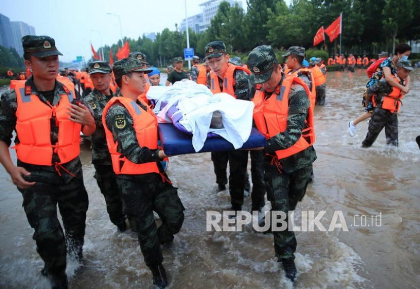 Tim penyelamat mengevakuasi orang dari sebuah rumah sakit tempat sekitar 3.000 orang terjebak banjir di Zhengzhou, provinsi Henan, China tengah, 22 Juli 2021. Tiga puluh tiga orang ditemukan tewas dalam banjir tersebut, dan delapan lainnya hilang.