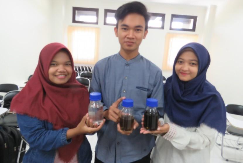 Tim Program Kreatif Mahasiswa (PKM) Universitas Islam Indonesia (UII) pembuat pembersih limbah batik.