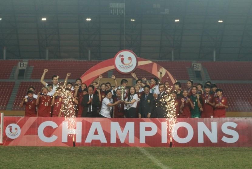 Tim putri Thailand merayakan gelar juara Piala AFF 2018 di Palembang, JUmat (13/7).