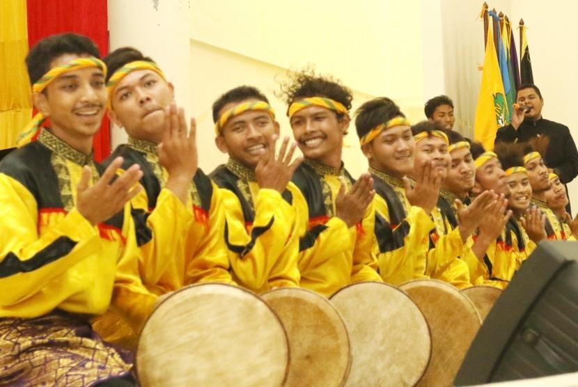 Tim Rapa-i Geleng Sanggar Seni Seulaweut Universitas Islam Negeri (UIN) Ar-Raniry Banda Aceh sedang berlatih.