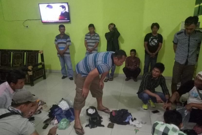 Tim Reaksi Cepat Taman Nasional Bukit Barisan Selatan (TNBB) Tanggamus bersama Polda Lampung menggerebek enam orang terduga penjualan cula badak sumatera di Krui, Kabupaten Pesisir Barat, Lampung, Senin (27/11) malam.