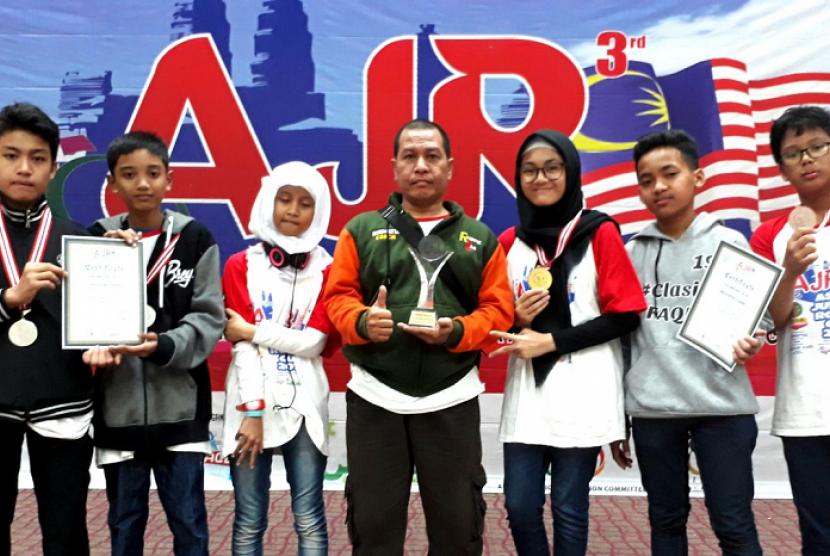 Tim Robotik SMP Muhammadiyah 22 Pamulang memboyong piala emas dan perak dari kompetisi robotik Asian Junior Robocup 2018.