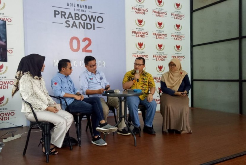 Tim Ruang Sandi menyerahkan 10 ribu foto C1 kepada direktur relawan Badan Pemenangan Nasional (BPN) Prabowo-Sandiaga, Ferry Mursyidan Baldan di Media Center Prabowo-Sandiaga, Jalan Sriwijaya, Jakarta Selatan, Selasa (23/4).