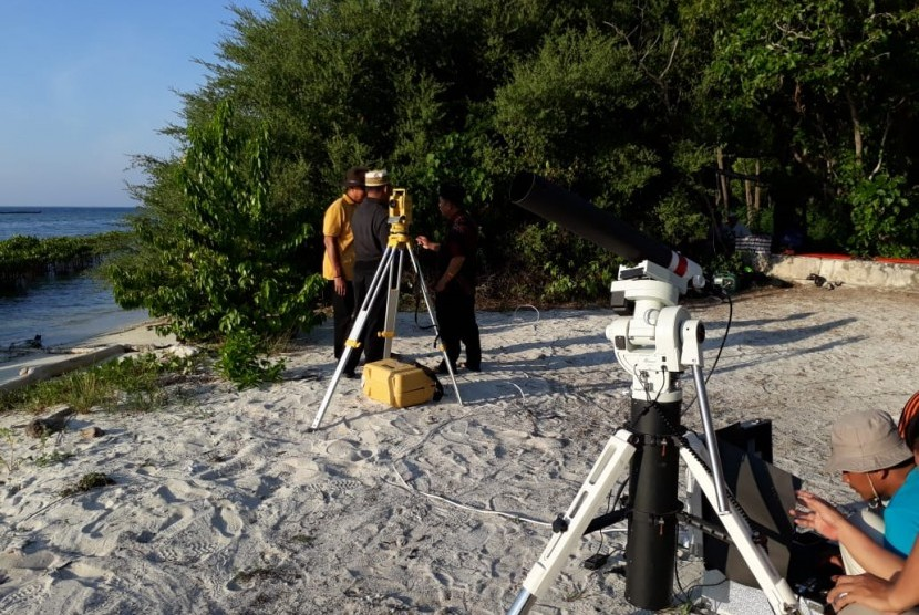 Tim Rukyatul Hilal 1 Syawal 1439 H bersiap melakukan rukyat di Pulau Karya, Kepulauan Seribu, Jakarta, Kamis (14/6).