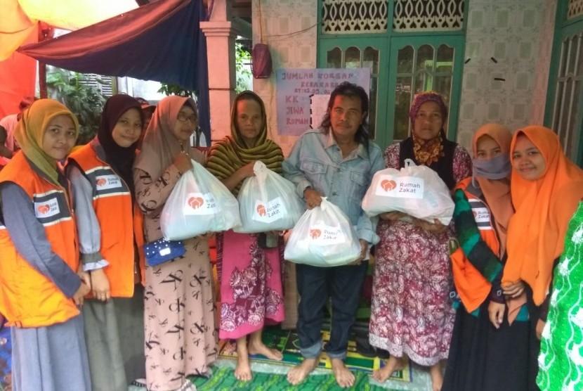 Tim Rumah Zakat Action melakukan penyaluran bantuan paket sembako untuk korban kebakaran di kawasan gang Sederhana Kelayan A, Banjarmasin Ahad (24/3) sore.