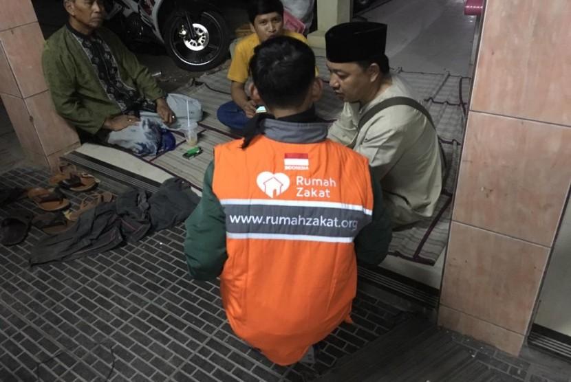 Tim Rumah Zakat memberikan bantuan Superqurban untuk wilayah kebakaran di Jakarta Timur.