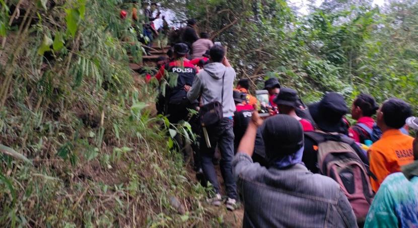 Tim SAR gabungan melakukan evakuasi pendaki yang hilang di Gunung Guntur, Kabupaten Garut, Jumat sore. Pendaki yang dilaporkan hilang itu ditemukan dalam keadaan selamat.