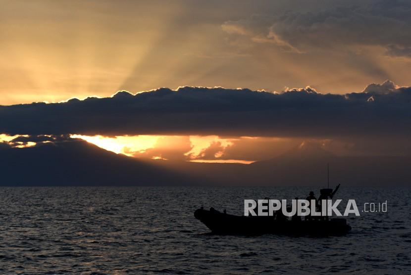 Tim SAR gabungan melakukan operasi SAR tenggelamnya KM Sinar Bangun di Danau Toba, Sumatera Utara, Rabu (27/6).