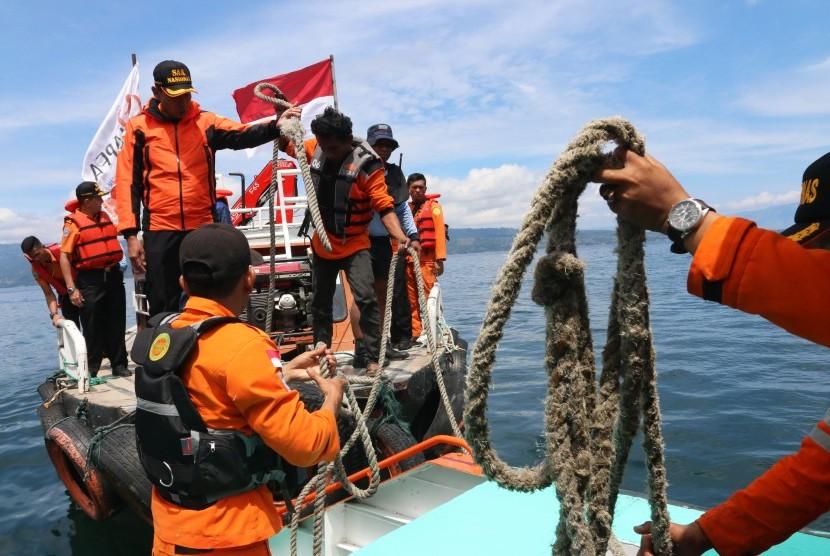 Tim SAR gabungan melakukan pencarian korban tenggelamnya KM Sinar Bangun di Danau Toba, Simalungun, Sumatera Utara, Jumat (22/6).