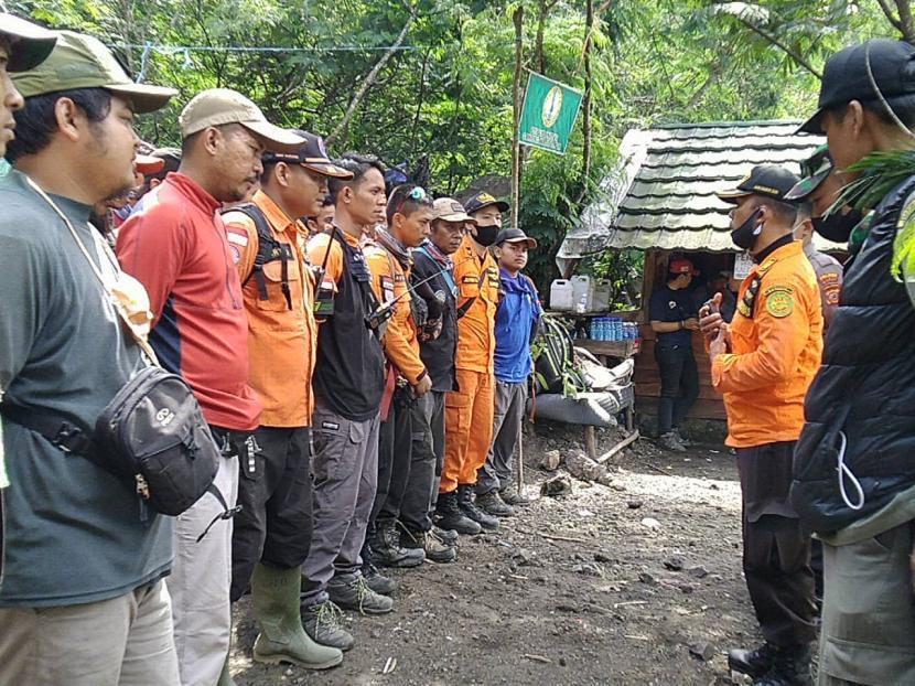 Tim SAR gabungan melakukan pencarian pendaki hilang di Gunung Guntur, Kabupaten Garut, Ahad (5/7).