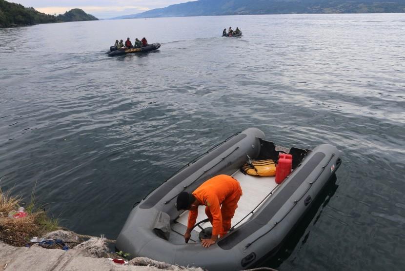 Tim SAR gabungan melakukan proses pencarian korban KM Sinar Bangun yang tenggelam di Danau Toba, Simalungun, Sumatera Utara, Rabu (20/6). Tim SAR gabungan melakukan dua metode pencarian korban, yakni menyisir kawasan danau dan penyelaman.