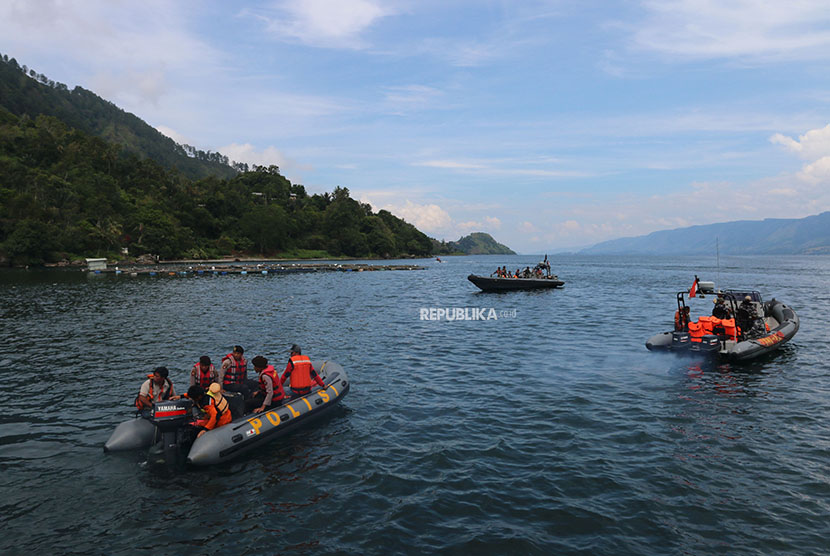 Joint rescue team searches victims MV Sinar Bangun sunk in Lake Toba waters, Simalungun, North Sumatra, on Thursday (June 21).