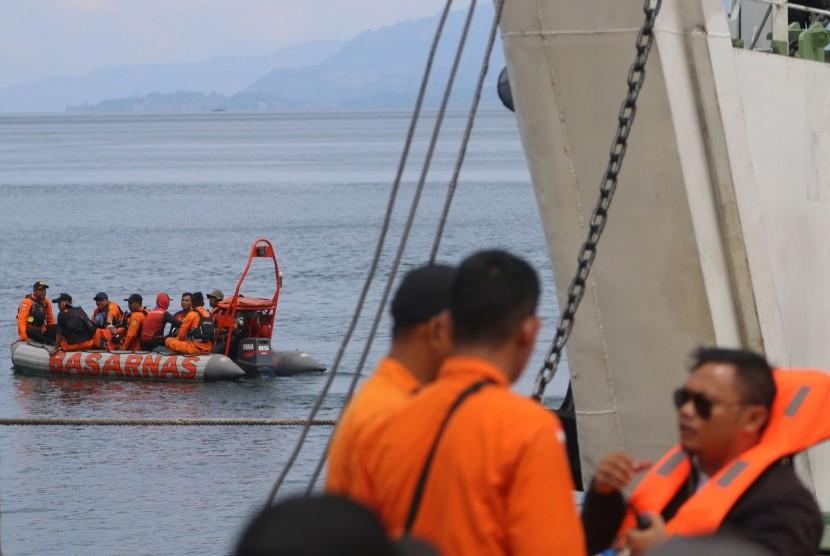 Tim SAR gabungan melakukan proses pencarian korban tenggelamnya KM Sinar Bangun di Danau Toba, Simalungun, Sumatera Utara, Kamis (21/6).