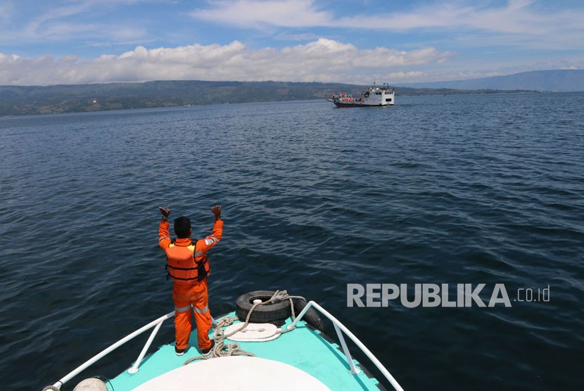 Tim SAR gabungan melakukan proses pencarian korban tenggelamnya KM Sinar Bangun di Danau Toba, Simalungun, Sumatera Utara, Jumat (22/6).