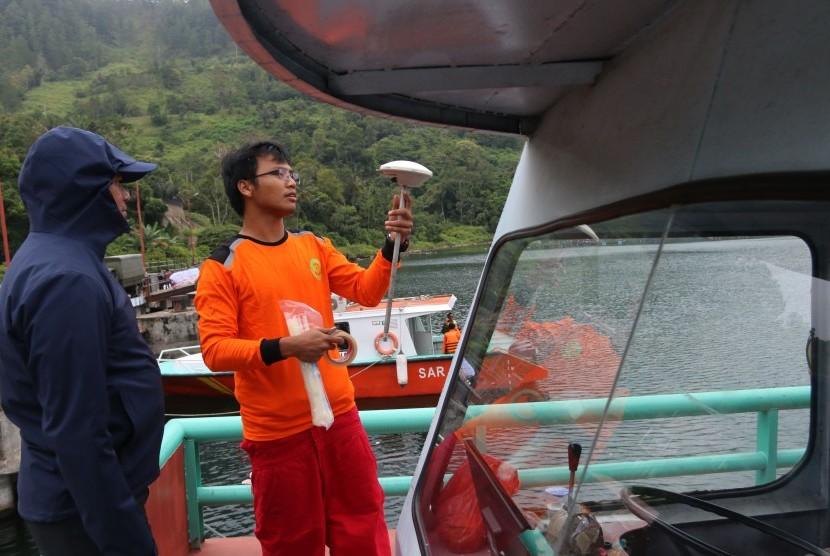 Tim SAR gabungan memasang antena GPS pendukung alat