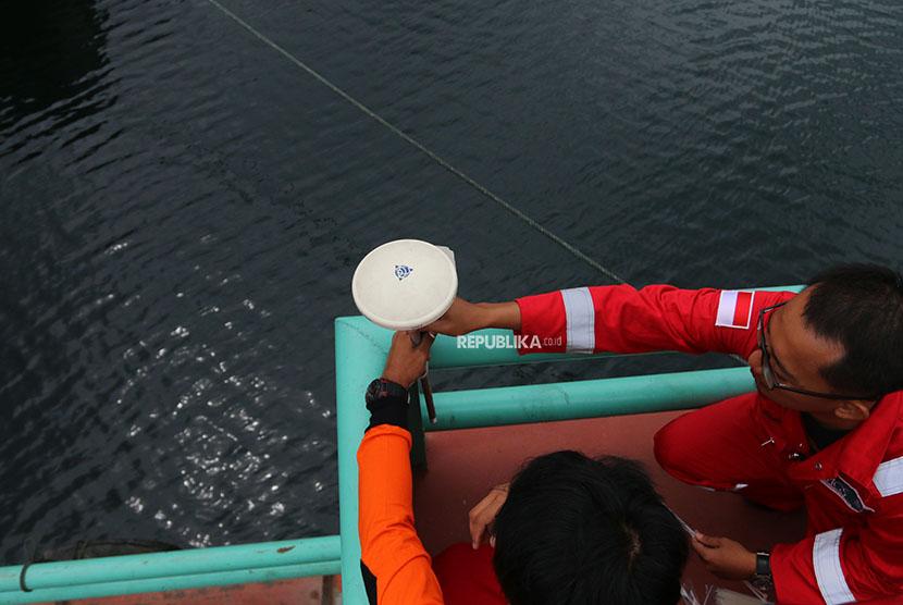 Tim SAR gabungan memasang antena GPS pendukung alat multibeam echosounder untuk pencarian KM Sinar Bangun yang tenggelam di Danau Toba, Simalungun, Sumatera Utara, Sabtu (23/6).