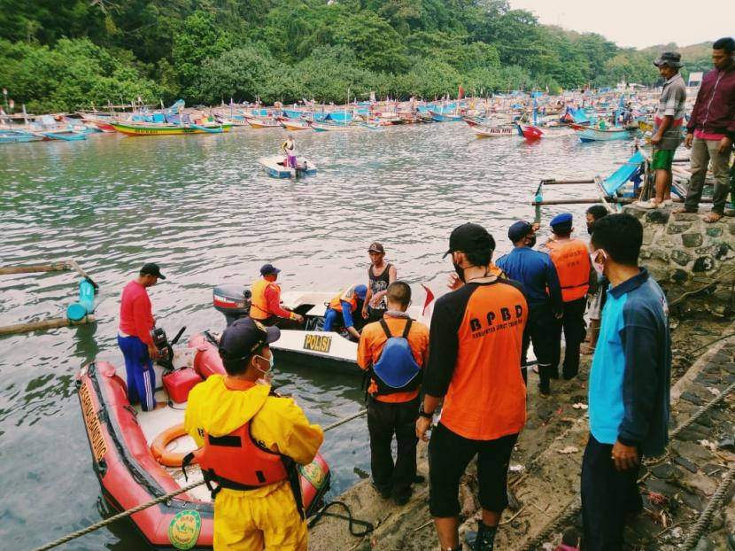Tim SAR gabungan mengevakuasi jenazah wisatawan yang tenggelam di Pantai Santolo, Kabupaten Garut, Selasa (18/5).Dua orang wisatawan di Kabupaten Garut ditemukan meninggal dunia, Selasa (18/5). Dua wisatawan itu masing-masing bernama Reihan Halik (17 tahun) dan Jajang Nurjaman (17).