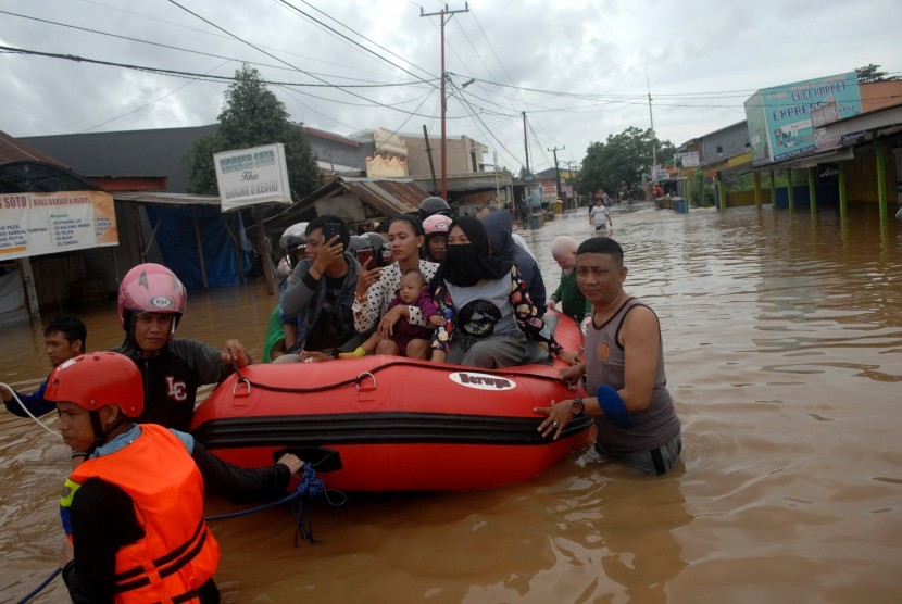 Joint SAR team evacuate resident affected by flooding in Makassar, South Sulawesi, Wednesday (Jan 23).