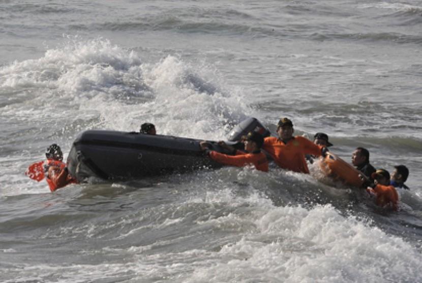 Tim SAR melakukan upaya penyelamatan. Ilustrasi