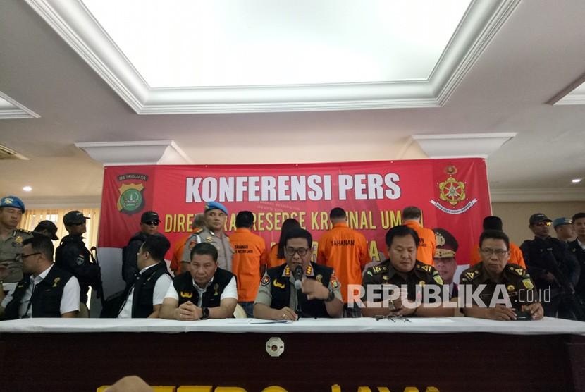 Tim Satgas Anti Mafia Bola Polri saat konferensi pers terkait pelimpahan berkas perkara dan enam dugaan pengaturan skor bola di Mapolda Metro Jaya, Rabu (10/4).