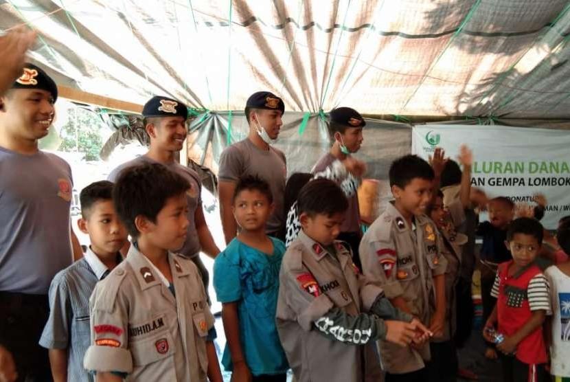 Tim Satuan Gegana Brimob Polda Kalimantan Timur bersinergi dengan Inisiatif Zakat Indonesia (IZI) mengadakan Trauma Healing anak-anak di Desa Dangiang, Kecamatan Kayangan, Kabupaten Lombok Utara, Rabu (22/8).