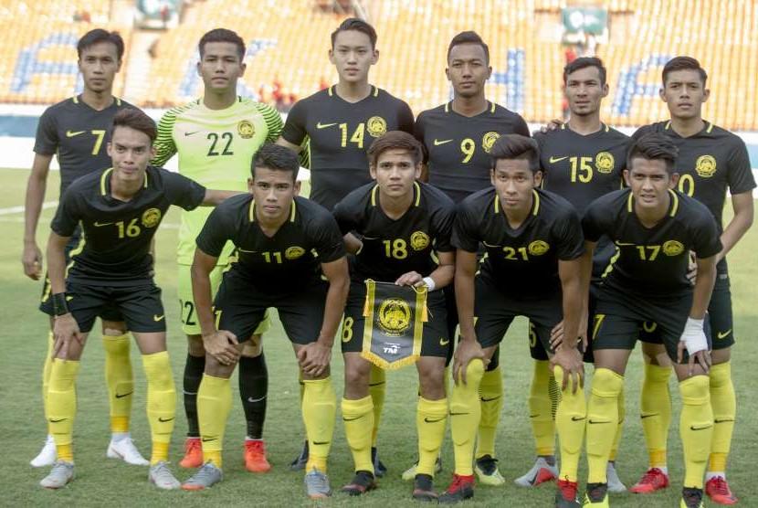 Tim sepak bola Malaysia berfoto bersama jelang pertandingan melawan tim sepak bola Kirgistan pada babak penyisihan sepakbola Grup E Asian Games 2018 di Stadion Si Jalak Harupat, Soreang, Kabupaten Bandung, Jawa Barat, Selasa (15/8).