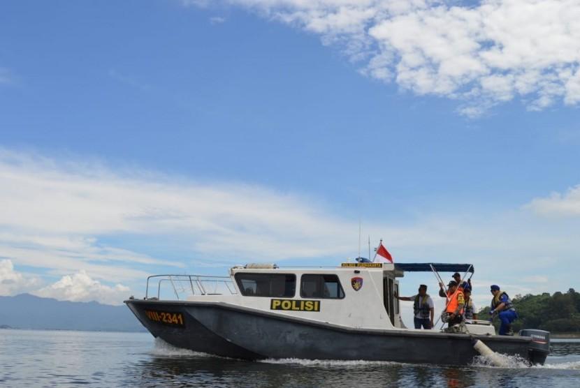 Tim Survei dan Pemetaan Polres Purwakarta, menyirisi DAS Citarum yang melintasi wilayah itu, Kamis (24/5). Tim menemukan enam titik kerusakan DAS akibat erosi.