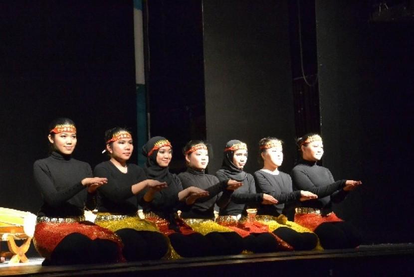 Tim Tari Saman yang diinisiasi oleh Perhimpunan Pelajar Indonesia (PPI) London berhasil memukau ratusan penonton dalam acara Indonesian Night 2012