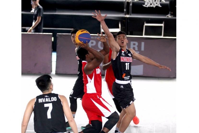 Timnas basket 3x3 putra Indonesia (hitam) saat menghadapi Srilanka.