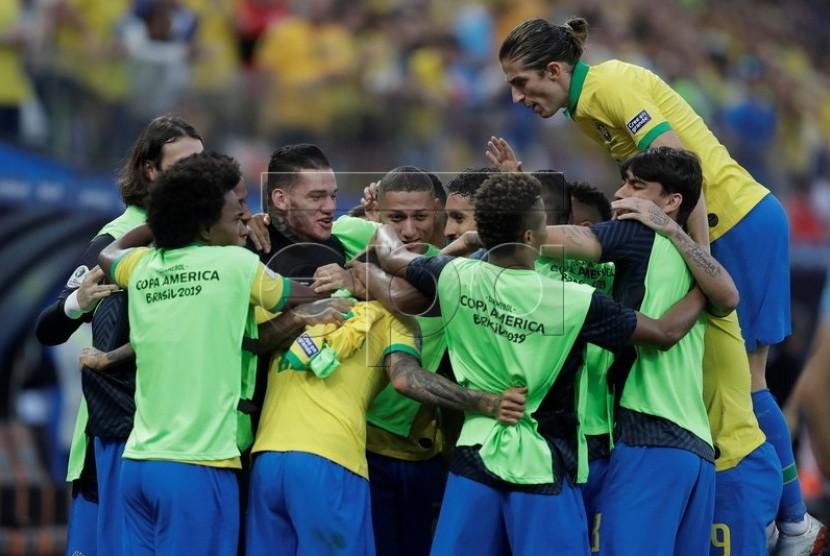 Timnas Brasil merayakan kemenangan.