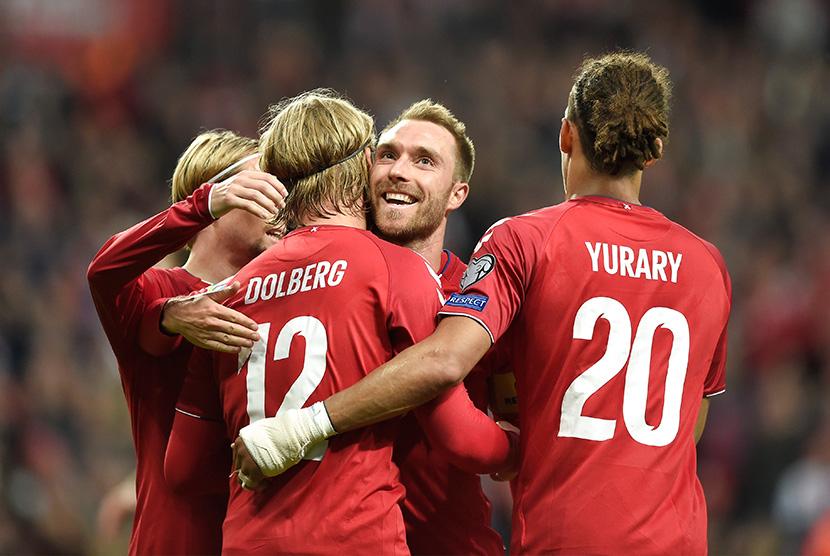Timnas Denmark merayakan kemenangan.