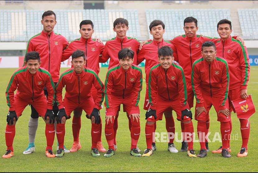 Timnas Indonesia U-19 berpose sebelum bertanding melawa Timor Leste pada Kualifikasi Piala Asia U-19 2018 di Paju Public Stadium, Korea Selatan, Kamis (1/11). Indonesia menang 5-0.