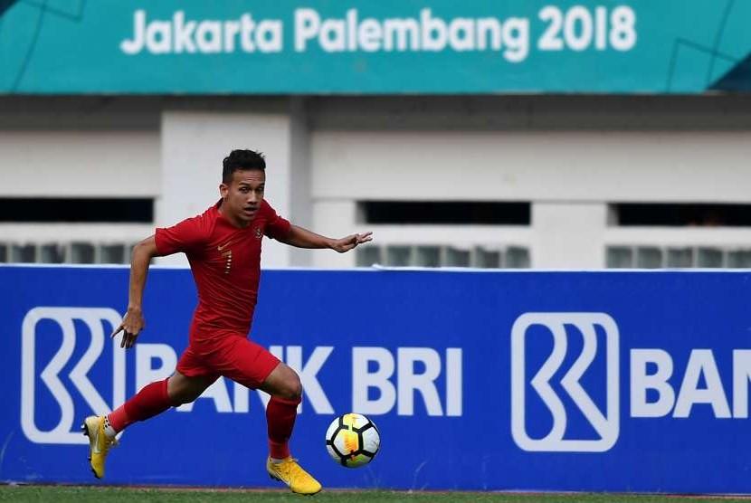Timnas Indonesia U-19 Egy Maulana Vikri menggiring bola pada pertandingan persahabatan di Stadion Wibawa Mukti, Cikarang Timur, Jawa Barat, Sabtu (13/10). Timnas Indonesia U-19 menang 3-2.