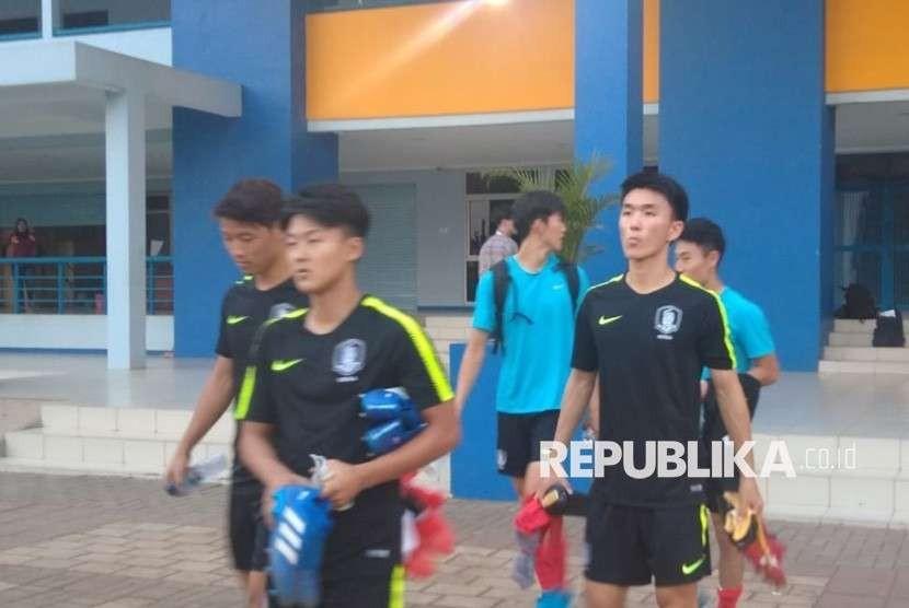 Timnas Korea Selatan U-23 usai latihan di SPOrT Jabar, Kota Bandung, Selasa (14/8). Sejumlah penggemar klub Tottenham Hotspurs, Indo Spurs Bandung turut menemani Song Heungmin latihan bersama Timnas.