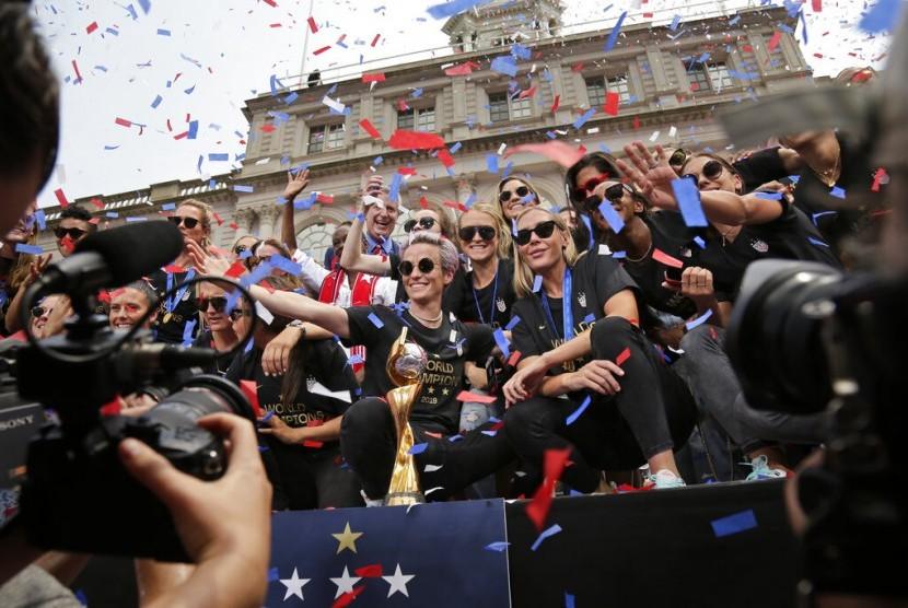 Timnas putri AS merayakan kemenangannya di Balai Kota setelah Parade Ticker Tape, Kamis (11/7), di New York. Timnas putri AS mengalahkan Belanda 2-0 di Piala Dunia Wanita.