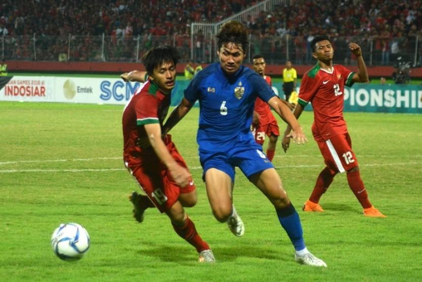 Timnas U-19 (merah) saat menghadapi Thailand pada laga terakhir Grup A Piala AFF U-19, Senin (9/7).