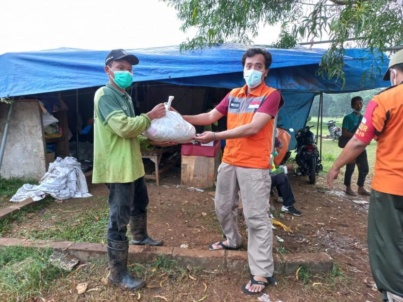 Tingginya kasus Covid-19 di Jakarta membuat tingkat pemakaman Covid-19 meningkat tajam. Sejak awal pandemi para petugas TPU telah bekerja keras untuk menguburkan jenazah Covid-19.