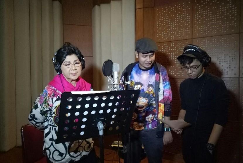 Titiek Puspa saat rekaman soundtrack film