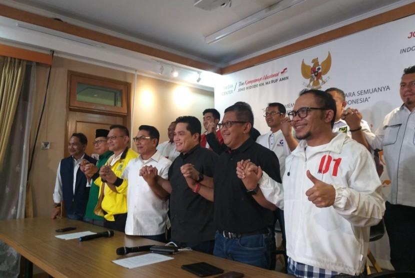TKN dan seluruh sekjen partai koalisi menyampaikan pernyataan kemenangan di Posko Cemara, Menteng, Jakpus, Jumat (19/4)